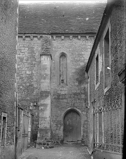 Vue extérieure d'une partie de la nef  : portail