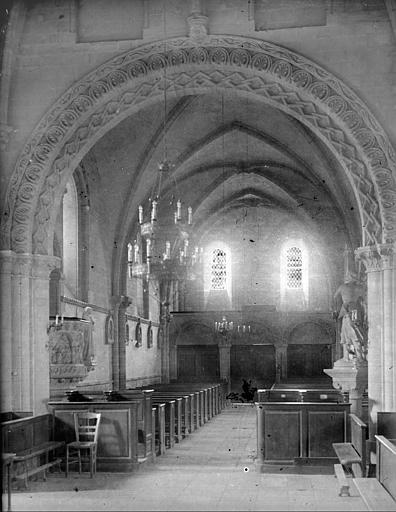 Vue de la nef vers le portail