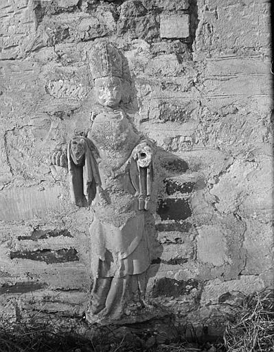 Extérieur mur sud : statue de l'évêque saint Aubin dans le mur