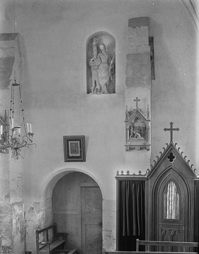 Vue intérieure : statue de sainte Barbe, confessionnal