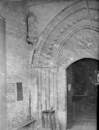 Portail intérieur du narthex : statue de saint Denis