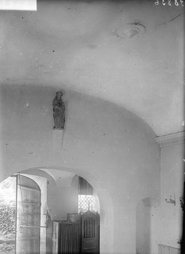 Vue intérieure du narthex : statue