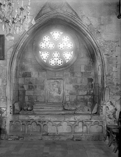 Vue intérieure de la chapelle de la Vierge : ensemble d'un tombeau dans un enfeu