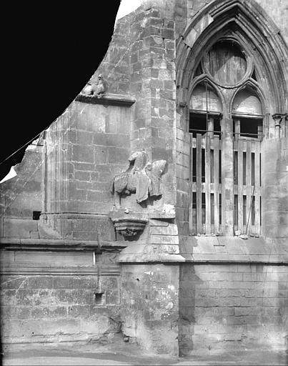 Détail du cavalier en pierre de la façade est