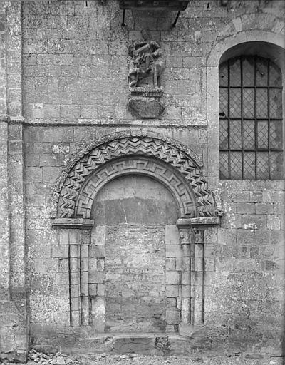 Façade nord : portail aveugle et statue