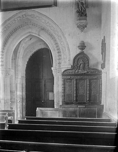 Vue de la nef vers le portail ; meuble (banc d'oeuvre supposé)