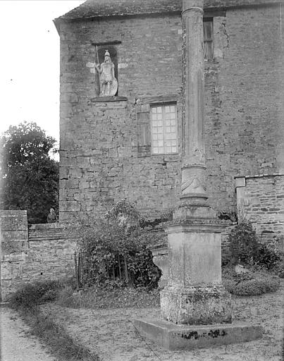 Façade de l'église : statue