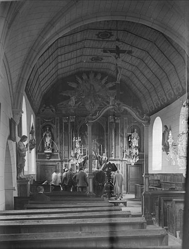 Vue de la nef vers le choeur : maître-autel