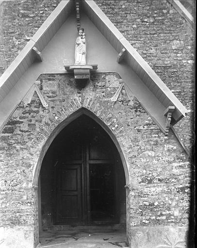 Portail ouest : statue de la Vierge à l'Enfant