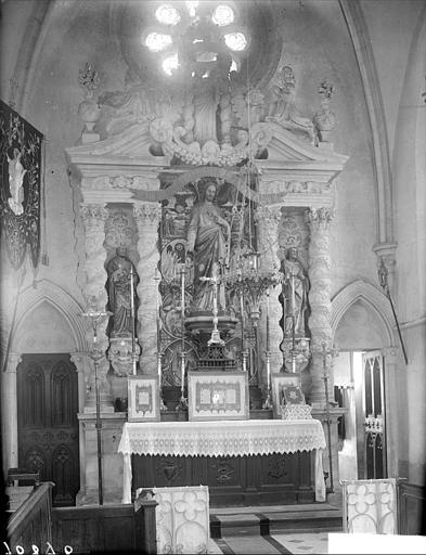 Choeur : maître-autel, statue du Christ