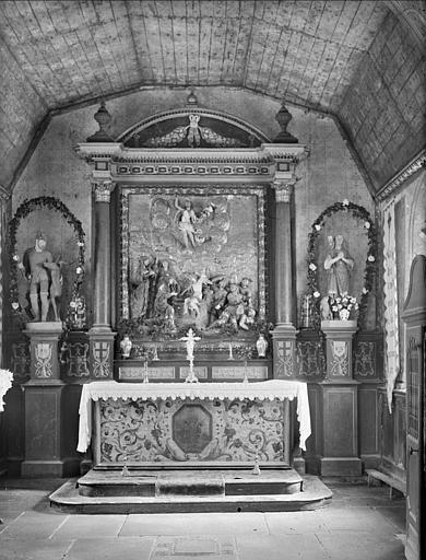 Vue de la nef vers le choeur : bas-relief de la Mise au Tombeau, statues
