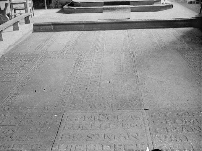 Pavement de la chapelle : dalles funéraires