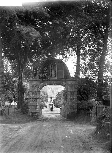 Porte d'entrée : statue de la Vierge à l'Enfant