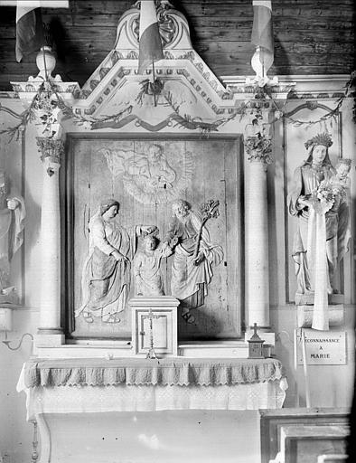 Autel : bas-relief de la Sainte Famille, statue de la Vierge à l'Enfant