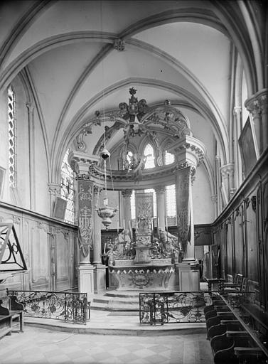 Intérieur du choeur : autel et boiseries