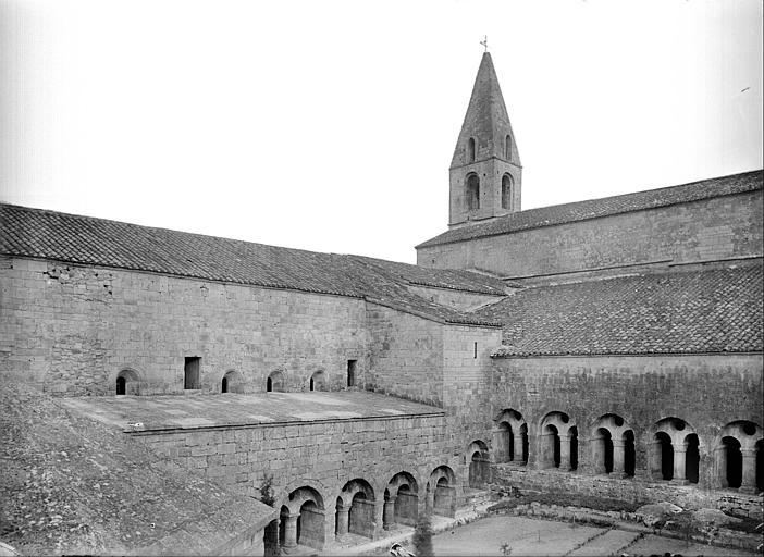 Cour du cloître et clocher