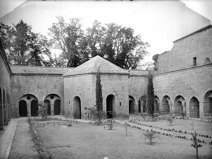 Cloître, façade nord : lavabo