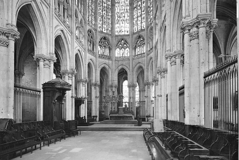 Choeur : stalles, trône archiépiscopal, maître-autel
