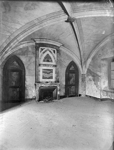 Salle à manger, aile nord : cheminée