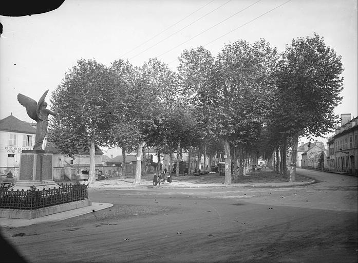 Vue de l'allée des Platanes : monument aux morts de 1914-1918