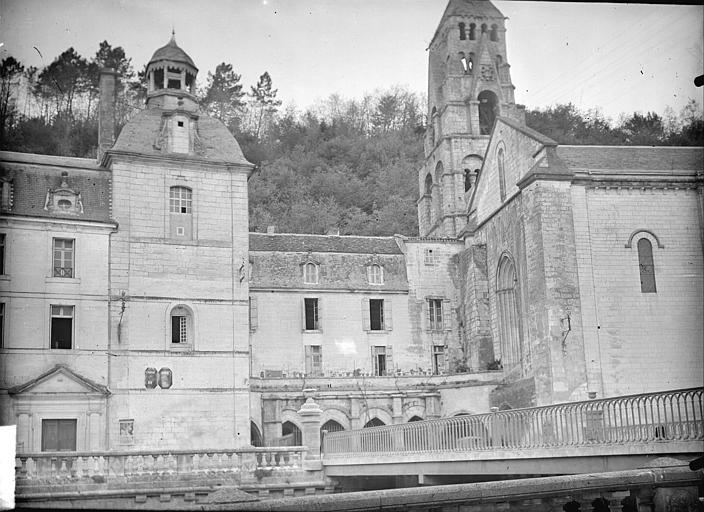 Eglise, abbaye, cloître ; dans le fond : la Garenne. Vue prise du pont de l'église