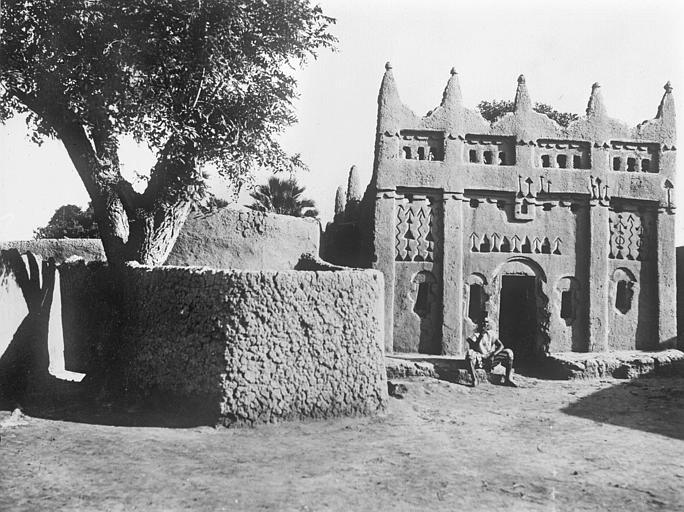 Vue de côté de la vieille mosquée