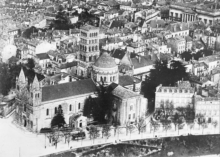 Vue générale de la cathédrale vue d'avion