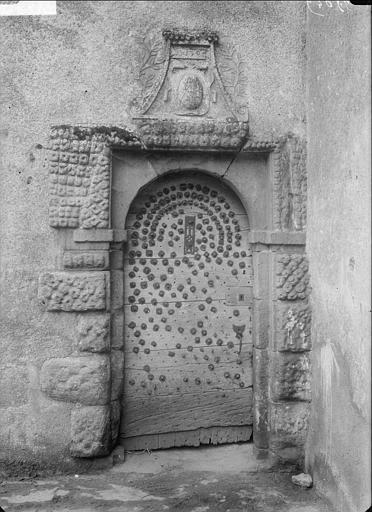 Porte d'entrée cloutée