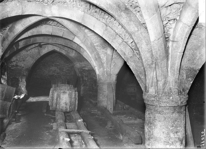Vue des caves voûtées : tonneaux