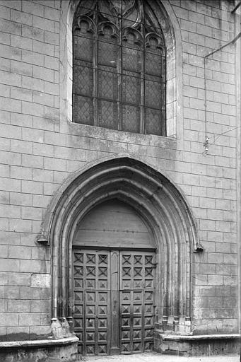 Portail, fenêtre ; le vitrail surmontant le portail a été intégré à la façade de l'église Notre-Dame-des-Marais lors de sa restauration
