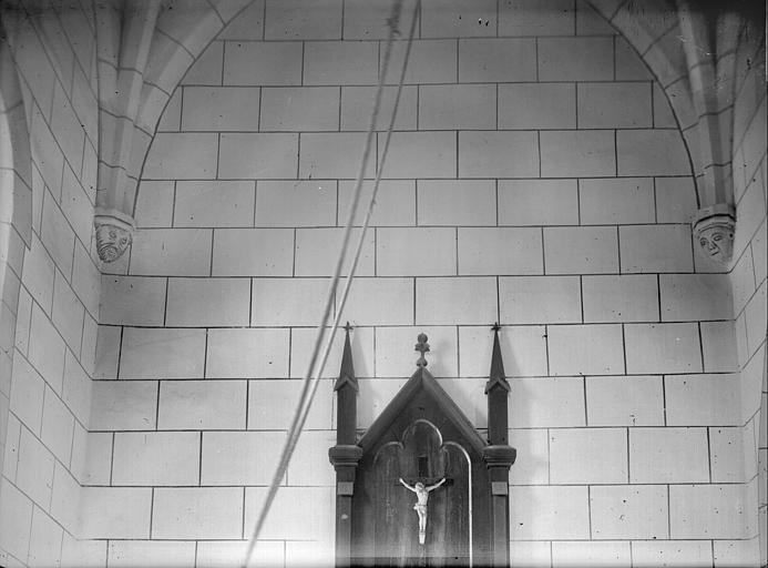 Intérieur, travée sous le clocher : Christ
