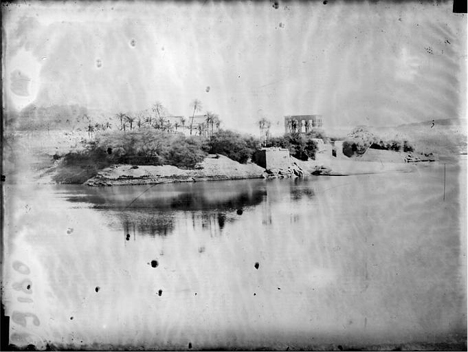 Vue du nord-ouest de l'île : temple Hypètre, temple d'Isis
