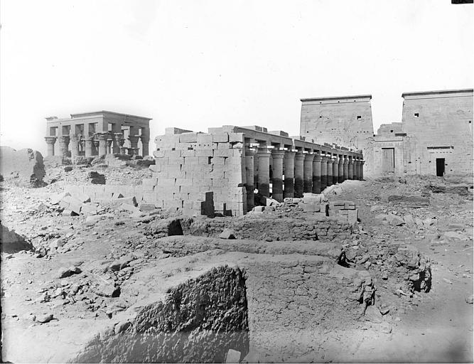 Vue nord-ouest : temple d'Isis, grand hypètre