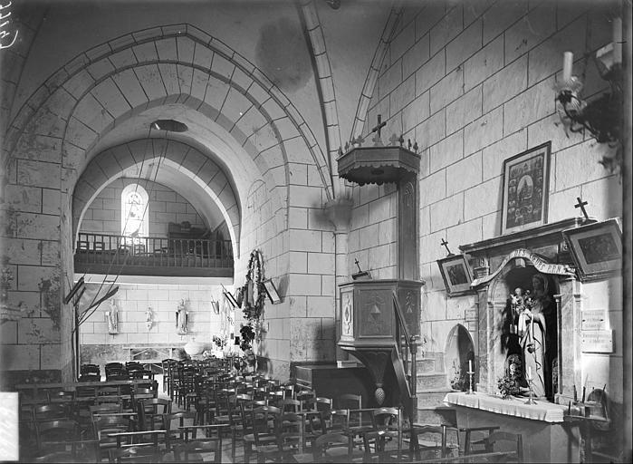Intérieur de la nef vue du choeur : chaire, autel