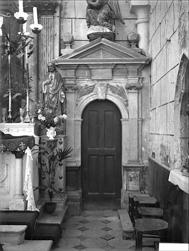 Porte à droite du maître-autel