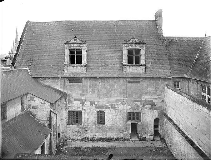 Vue de la façade donnant sur la grande cour
