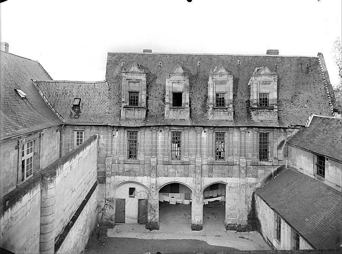 Vue de la façade donnant sur la cour intérieure