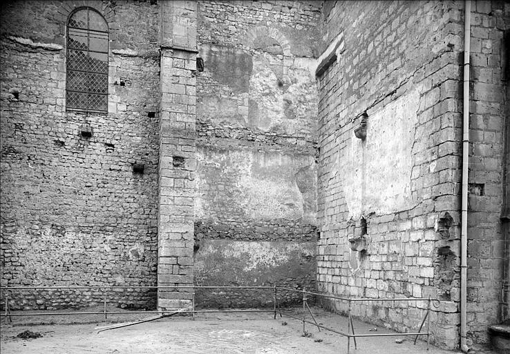 Extérieur, mur et contrefort, côté sud