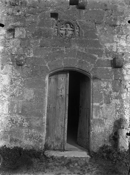 Porte et détail de la sculpture