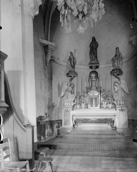 Partie du choeur, maître-autel et statues