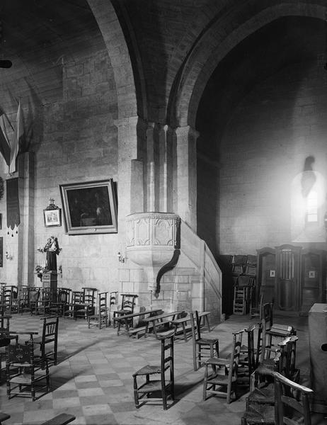 Intérieur à l'angle de la nef et du transept
