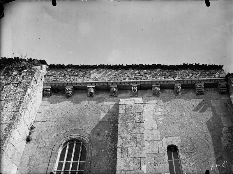 Corbeaux sous la corniche du toit