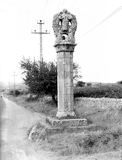 Colonne surmontée d'une croix sur la route, près de Saint-Maximin