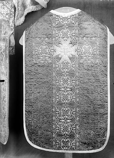 Ensemble d'ornements liturgiques (chasuble, étole, voile du calice, bourse, manipule).