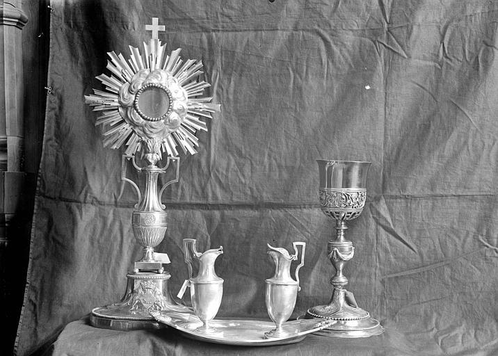 Service eucharistique. Ostensoir, calice et burettes (2) posées sur un plateau