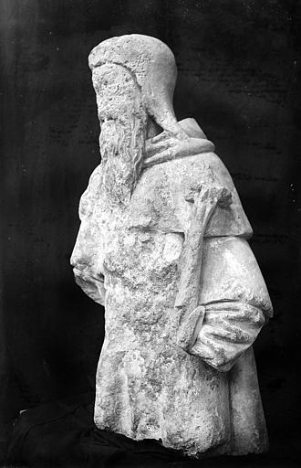 Statue : Saint Joseph (supposé). Personnage barbu. Statue en pierre cassée à mi-cuisses vue légèrement de profil gauche