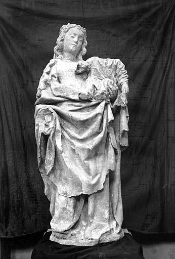 Statue en pierre : Vierge à l'Enfant, de face. Tête de l'enfant manquante