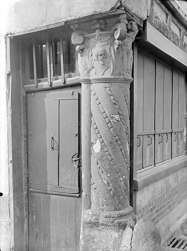 A l'angle des deux rues : Chapiteau et pilier d'angle qui a donné son nom à la rue et à la maison