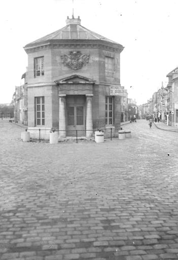 Vue de la façade vers l'extérieur de la ville