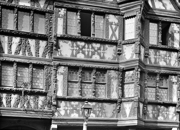 Façade en pans de bois sur rue : Détail des premier et deuxième étages
